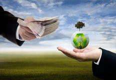 Affärsmannen som in investerar, återanvänder innovation, Sustanable arkivbilder