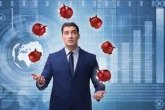Affärsmannen som jonglerar med piggybanks i affärsidé Arkivbilder