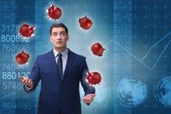 Affärsmannen som jonglerar med piggybanks i affärsidé Royaltyfri Bild