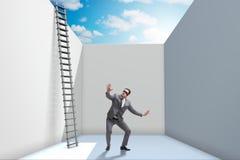 Affärsmannen som klättrar en stege för att fly från problem arkivbilder