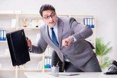 Affärsmannen som rusar i kontoret Royaltyfri Bild