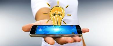 Affärsmannen som rymmer en lightbulb, skissar över mobiltelefonen Royaltyfri Foto