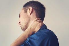 Affärsmannen som rymmer en telefon, och hennes hals med smärtar Arkivbilder