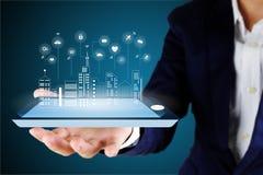 Affärsmannen som rymmer ett digitalt, ilar telefonen eller minnestavlan med en siffra royaltyfri foto