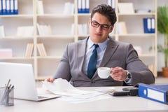 Affärsmannen som spiller kaffe på viktiga dokument Arkivfoto