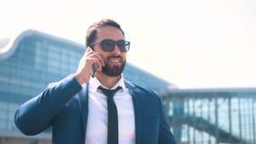 Affärsmannen som by talar, ringer lager videofilmer