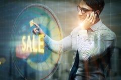Affärsmannen som trycker på knappar i försäljningsbegrepp Arkivfoto