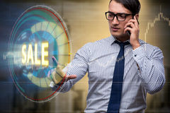 Affärsmannen som trycker på knappar i försäljningsbegrepp Fotografering för Bildbyråer