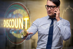 Affärsmannen som trycker på knappar i försäljningsbegrepp Arkivbilder