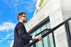 Affärsmannen som uppför trappan går i ett kontor, parkerar royaltyfri foto