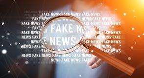 Affärsmannen som upptäcker, fejkar tolkningen för information 3D om nyheterna Royaltyfria Foton