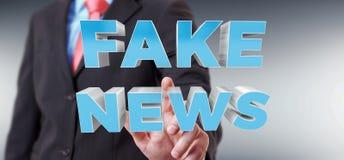 Affärsmannen som upptäcker, fejkar tolkningen för information 3D om nyheterna Royaltyfria Bilder