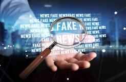 Affärsmannen som upptäcker, fejkar tolkningen för information 3D om nyheterna Arkivbilder