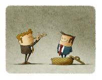 Affärsmannen spelar en flöjt som en ormcharmör, en annan affärsman kommer ut ur korgen begrepp av behandlig av folk Arkivfoton