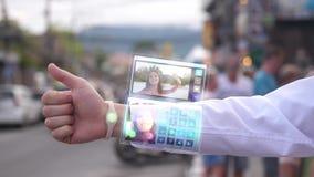 Affärsmannen svarar den nätta frun, som ler, och våghanden från telefonen som visas i futuristisk klocka för hologram stock illustrationer