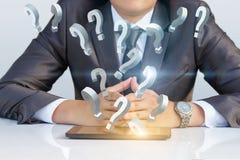 Affärsmannen svarar frågor från den mobila datoren Royaltyfri Bild