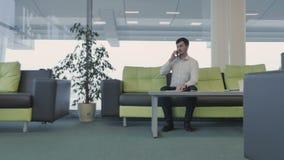Affärsmannen talar på telefonen och ser landningsbanan arkivfilmer