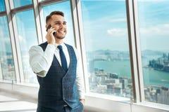 Affärsmannen talar vid mobiltelefonen arkivbilder