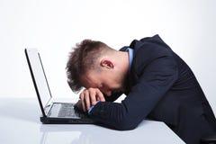 Affärsmannen tar en ta sig en tupplur på bärbara datorn Royaltyfria Bilder