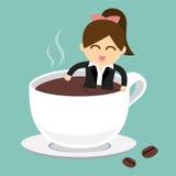 Affärsmannen tar ett bad i kopp av varmt kaffe Arkivfoton