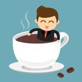 Affärsmannen tar ett bad i kopp av varmt kaffe Arkivbild
