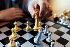 Affärsmannen tar ett konungdiagram schackmatt på schackbrädeleken - strategi-, ledning- eller ledarskapframgångbegrepp arkivbild