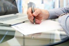 Affärsmannen undertecknar ett avtal, affärsavtalsdetaljer Royaltyfria Bilder