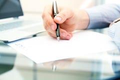 Affärsmannen undertecknar ett avtal, affärsavtalsdetaljer Arkivbilder