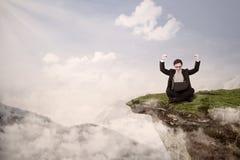 Affärsmannen uppnår framgång på kick - jämna royaltyfri fotografi