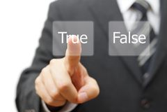 Affärsmannen väljer den faktiska knappen med det falska riktiga ordet i stället arkivfoton