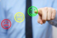 Affärsmannen väljer den positiva symbolen, begrepp av tillfredsställd custume Arkivfoto