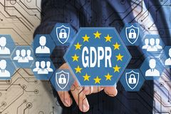 Affärsmannen väljer GDPREN på pekskärmen Begrepp för reglering för skydd för allmänna data royaltyfria foton