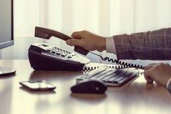 Affärsmannen väljer upp eller hänger upp voiptelefonen Arkivbilder