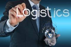 Affärsmannen visar logistikdiagrammet som begrepp Arkivfoto