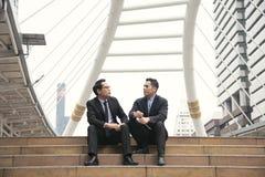 Affärsmanpartner som konsulterar och diskuterar på utomhus- royaltyfria bilder