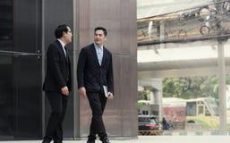 Affärsmanpartner som konsulterar och diskuterar på utomhus- arkivfoto