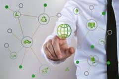 Affärsmanpekskärmbegrepp, energi, teknologi, makt och återanvändning arkivfoton