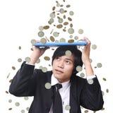 affärsmanpengarregn arkivfoto
