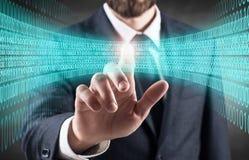 Affärsmanpunkt på digitalt blått ljus i matrisen arkivfoton