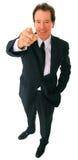 affärsmanpunktpensionär som ler till tittaren royaltyfri fotografi