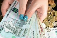 Affärsmanräkning med myntpengar Fotografering för Bildbyråer