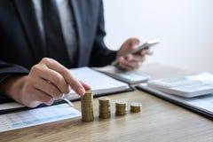 Affärsmanrevisor som räknar pengar och gör anmärkningar på rapporten som gör finanser och att beräkna om kostnad av investeringen arkivfoton