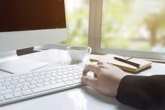 Affärsmans händer genom att använda datoren Royaltyfri Fotografi