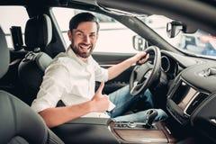 Affärsmansammanträde i den nya bilen royaltyfri fotografi