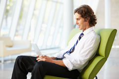 Affärsmansammanträde i modernt kontor genom att använda den Digital tableten royaltyfria foton
