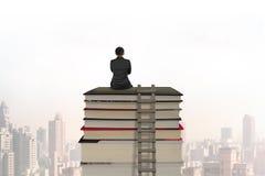 Affärsmansammanträde på bunt av böcker med trästegen arkivbild