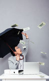 Affärsmansammanträde på tabellen med regn av pengar Royaltyfri Foto