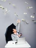 Affärsmansammanträde på tabellen med regn av pengar Arkivfoton
