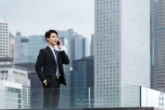 Affärsmansamtal till mobiltelefonen Arkivfoton