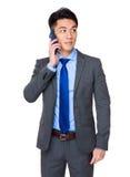Affärsmansamtal till mobiltelefonen Fotografering för Bildbyråer
